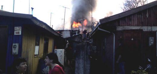 Los Ángeles - Incendio consume 2 casas en población Paillihue, deja 8 damnificados y un bombero lesionado (vía Angelino.cl)
