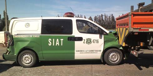 Furgn policial de la Seccin de Investigacin de Accidentes de Trnsito (SIAT) de Bo-Bo se vio involucrado en triple colisin
