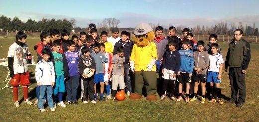 Forestín realizó una importante entrega de árboles nativos a niños de escuela de fútbol