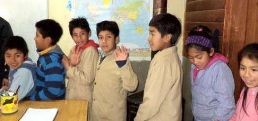 Los niños pertenecen a la Escuela Cauñicu ubicada a 30 kilómetros de Ralco, por la ribera del río Queuco