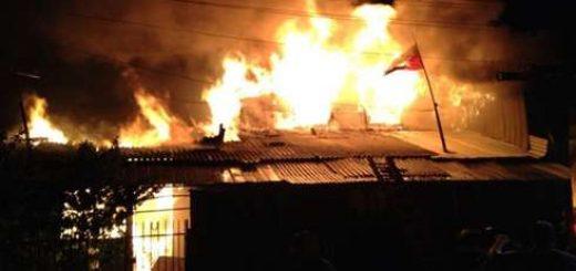 Dificultades tuvo bomberos para actuar en enorme incendio que afectó 4 viviendas en sector de Paillihue en Los Ángeles