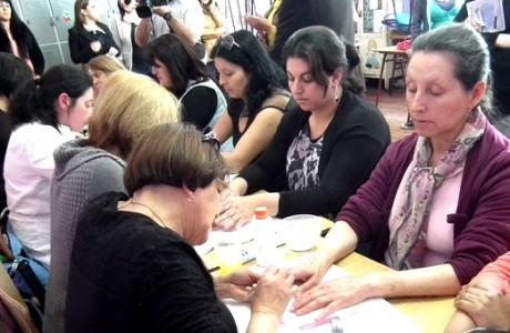 Centro Integral de la Mujer agasajó con operativo de belleza a apoderadas de la ex Escuela Número 4