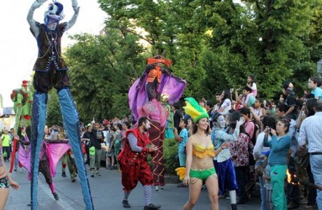 Colorido Carnaval despide la Primavera en Los Ángeles