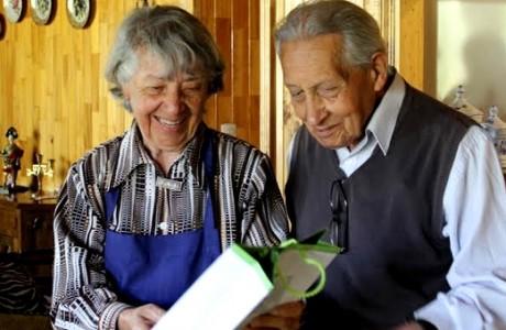 Pareja angelina de la tercera edad recibió emotivo saludo en sus 68  años de matrimonio
