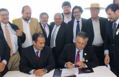 Intendente Díaz y alcalde Krause firman traspaso de recursos para construcción de Avenida Padre Hurtado
