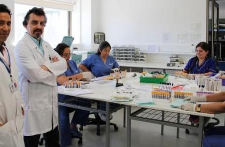 Jefe de Laboratorio del Hospital Sotero del Río visita instalaciones del CAVRR