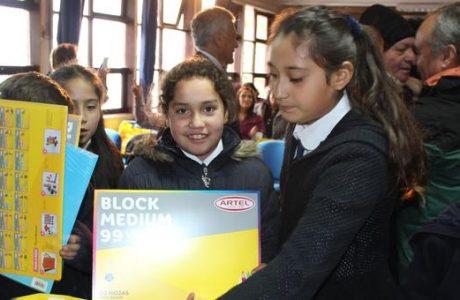 Entregan útiles a unos 170 estudiantes de pre kinder a octavo básico de escuela Santa Clara de Chacayal