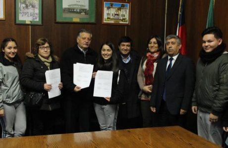 Comunidad escolar de liceo Comercial firma acuerdo con Municipio